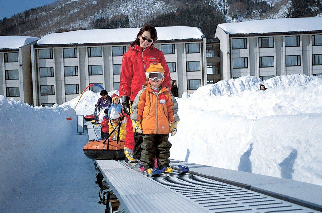 「電動步道」的設計,讓班尾高原滑雪場十分適合初學者練習基本功。 圖/高豐旅行社提...