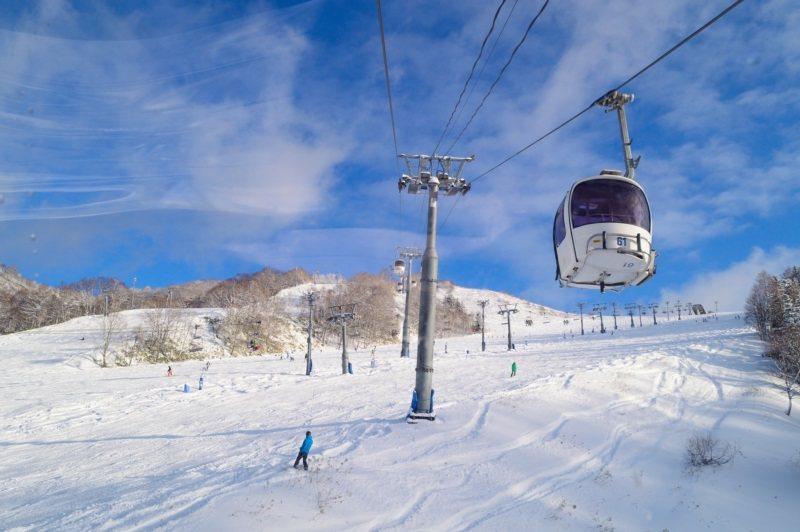 夕張滑雪度假村距離新千歲機場約55公里,提供有機場免費接駁巴士。 圖/夕張滑雪度...