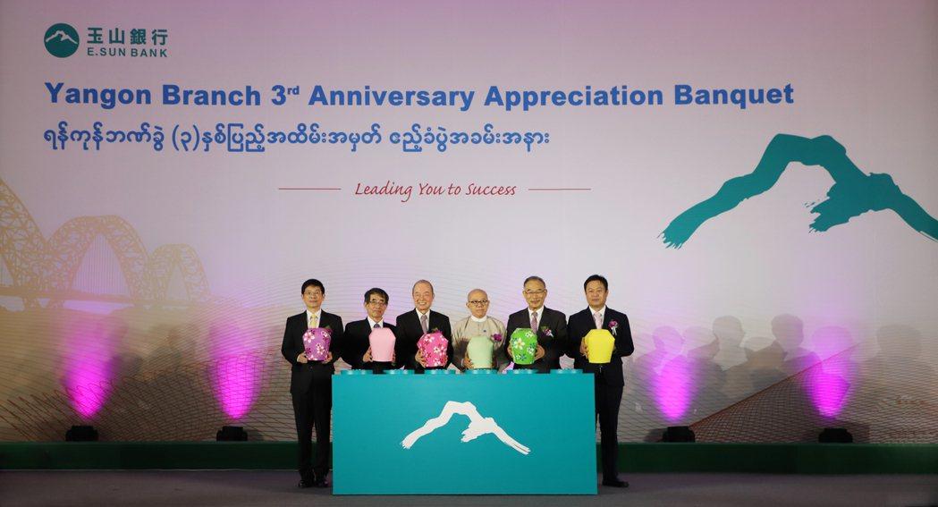 玉山銀行總經理黃男州(左起)、駐緬甸台北經濟文化辦事處代表張俊福、玉山創辦人黃永...