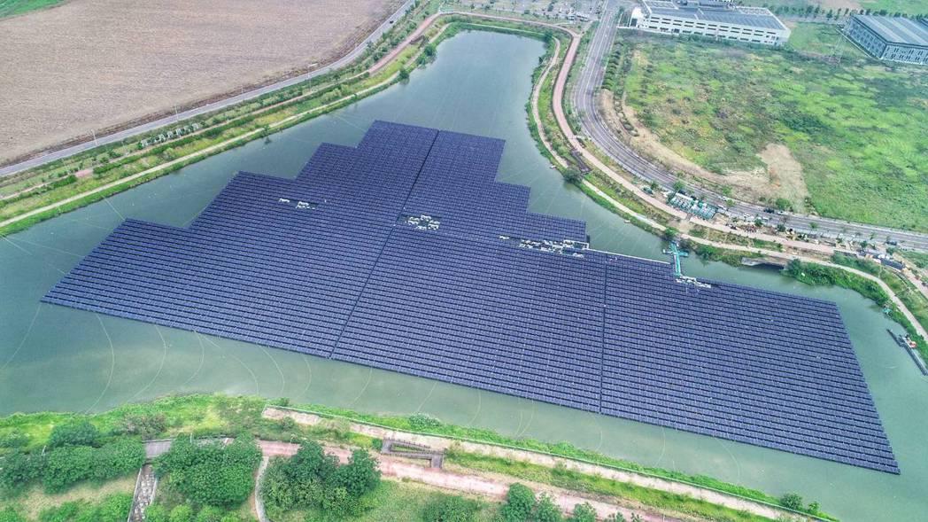 柳科滯洪池所設置的浮動式太陽光電。 經發局/提供