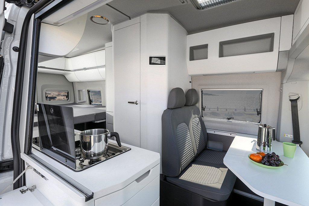 福斯商旅Grand California有600、680兩種車型,差別在於車長6...