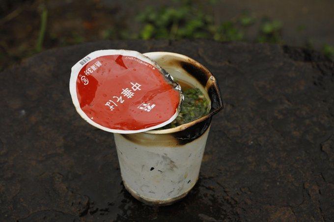 烹煮「營火泡麵」時,務必要注意將水注入到全滿,否則紙杯上方沒有接觸到水的部分會起...