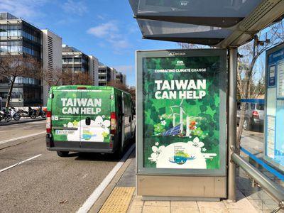 聯合國氣候會議在西班牙首都馬德里登場,當地隨處可見「對抗氣候變遷,台灣可幫忙」廣...