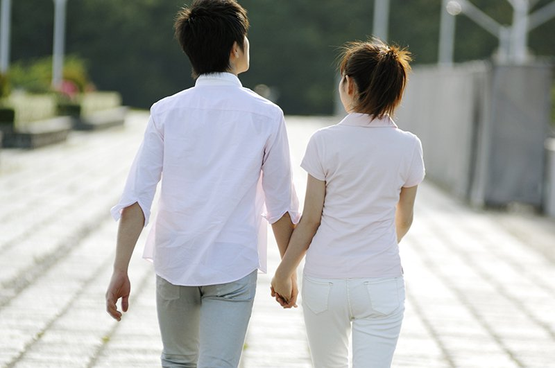 一名女網友看到男友的前任女友回頭請他幫忙假扮情侶,誇張行徑讓她很傻眼。 圖/in...