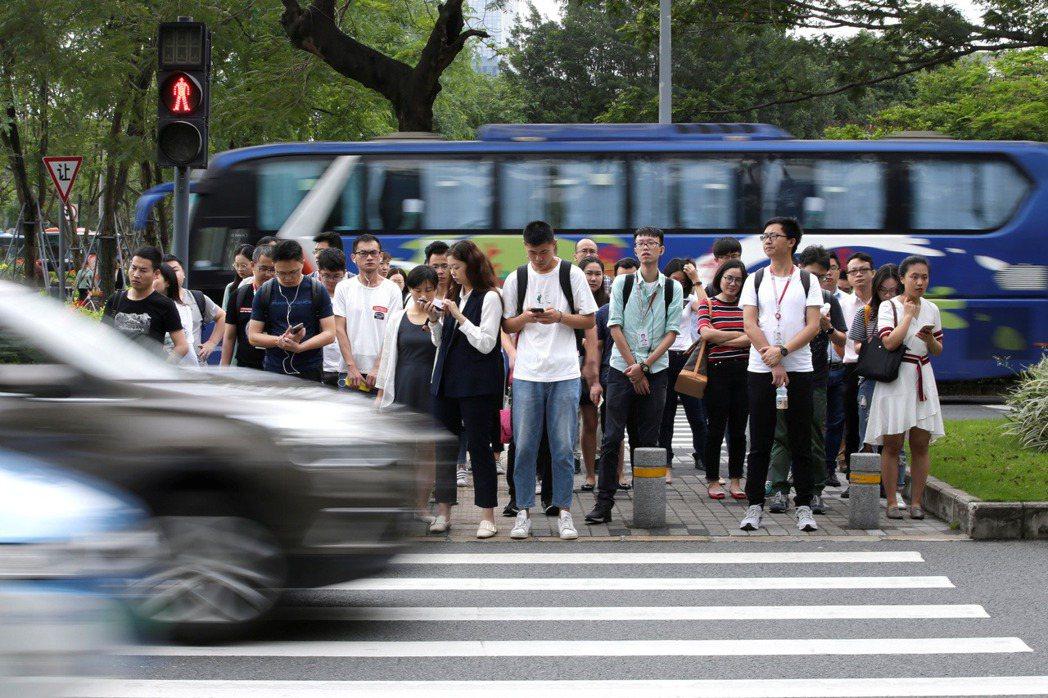 中共官媒《環球時報》則指出,至2018年4月底,超過1,054萬人失去信用,限制了1,114萬人買機票,限制了425萬人買火車票。 圖/路透社
