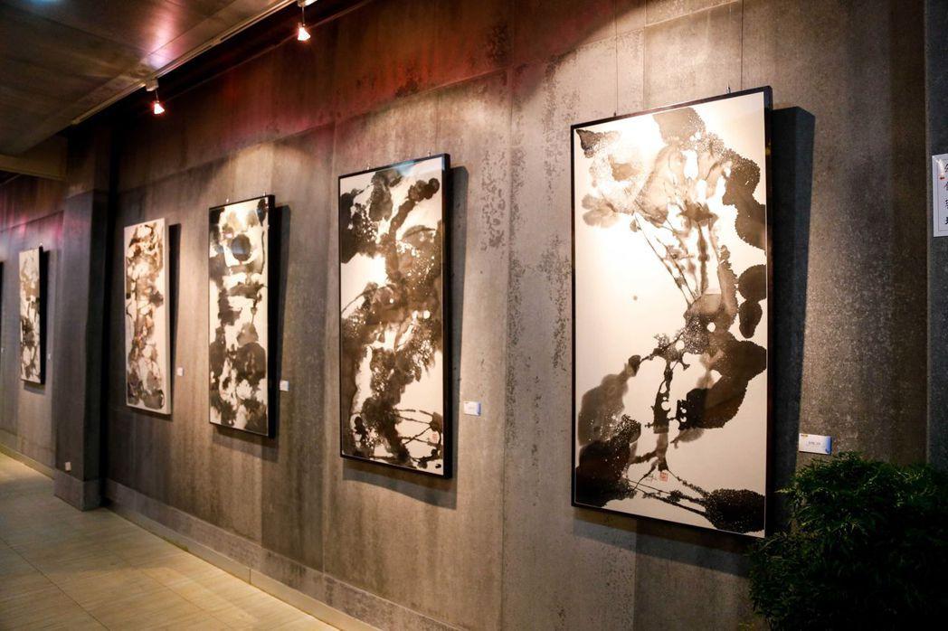 「墨相-施炳煌畫展」於南臺科大藝文中心1樓從12月3日展至12月24日,展出55...