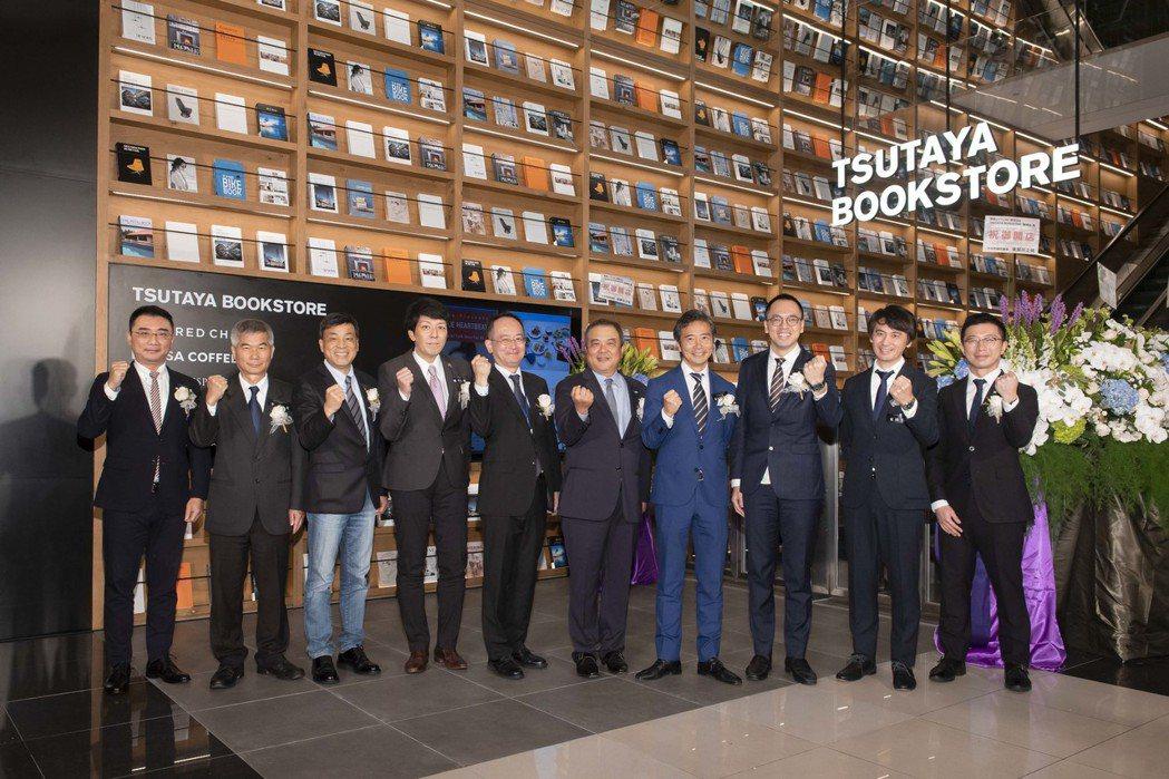 全台最大TSUTAYA BOOKSTORE南港店正式開幕,出席高層貴賓進行剪綵儀...
