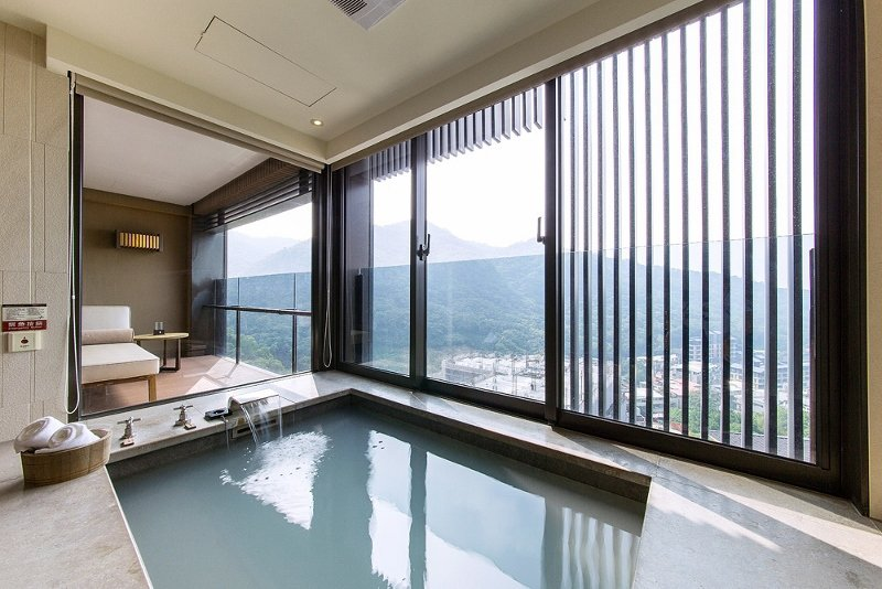 北投麗禧房間備有室內湯池,視野良好,可邊泡湯邊遠眺觀音山與市區景色。 業者/提供