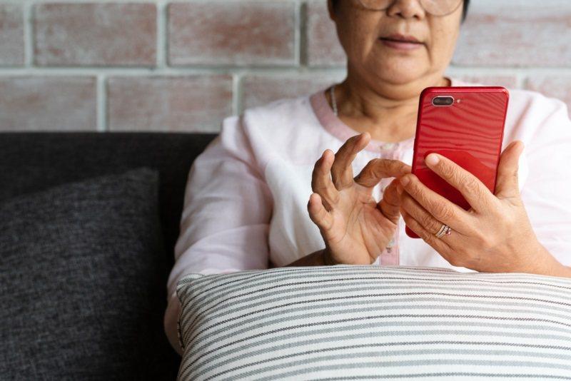 步入人生下半場,許多長輩更依賴通訊軟體的互相聯繫。 圖/ingimage 提供