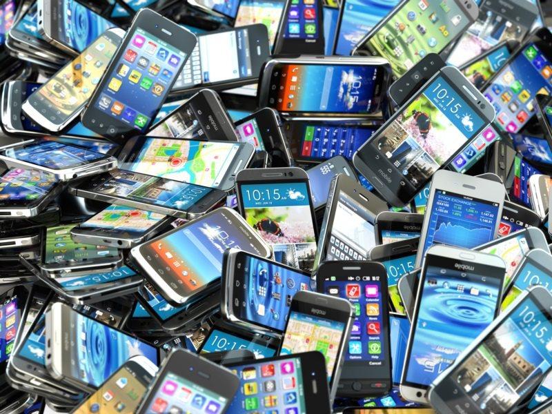 智慧手機與通訊軟體的便利性,把人際關係拉得更近,還是推得更遠? 圖/ingima...
