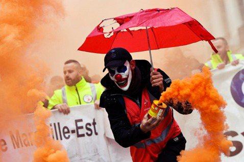根據法國內政部的數據,當日全國共有80萬人走上街頭;抗爭的工會方面更宣稱「響應抗...