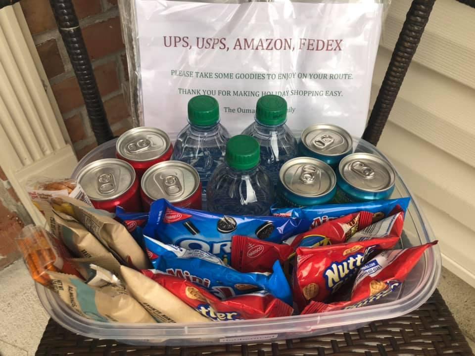 屋主為了答謝送貨員的辛勞,特意在門前擺放一個零食飲料箱,讓他們隨意取用。...