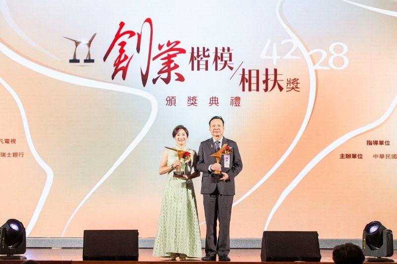 2019海外創業楷模獎得主,東昌電機董事長張慶煌與夫人蔡秀芬。 新創總會/提供