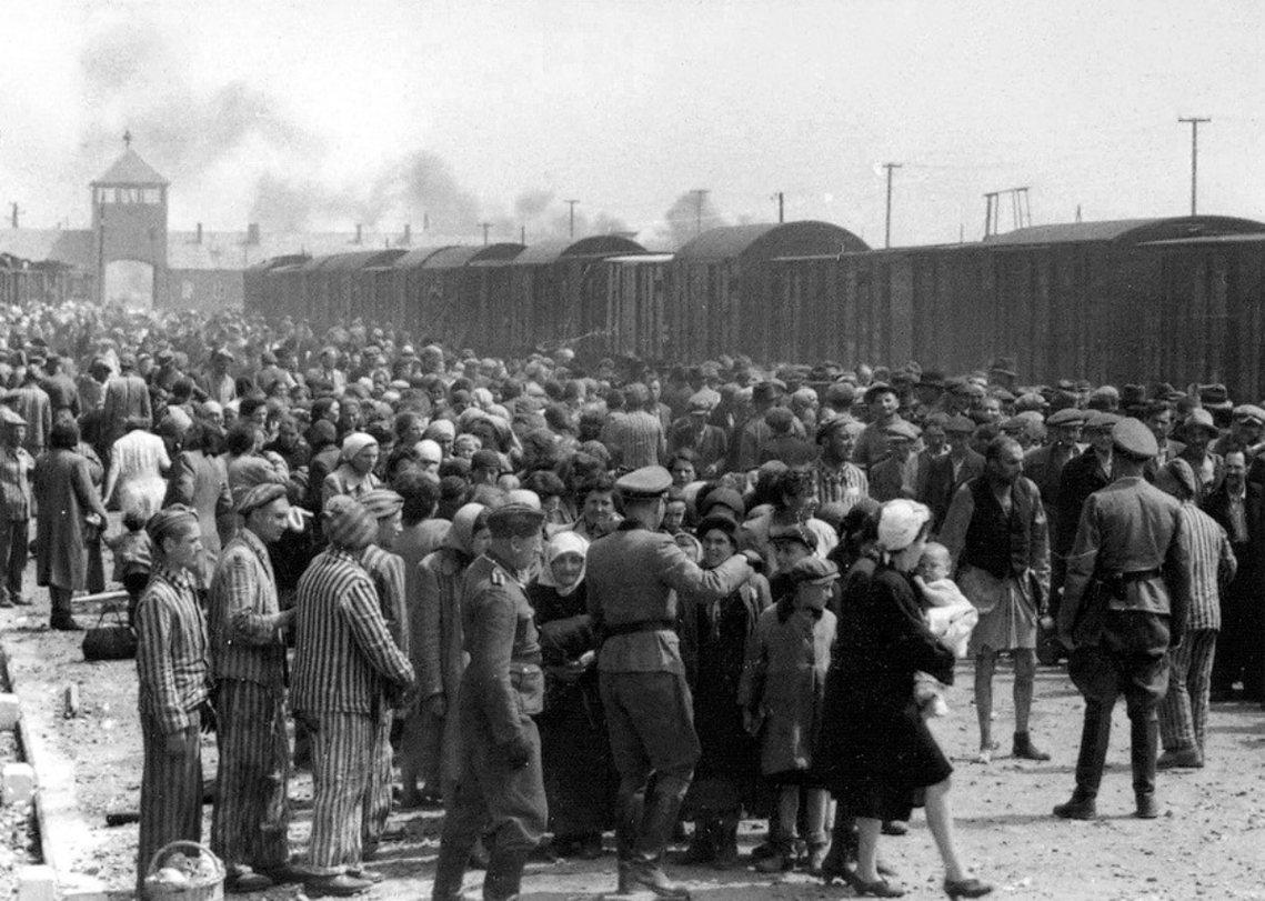 比克瑙二號營前,猶太人被納粹「篩選」,送往滅絕營或是集中營。 圖/維基共享