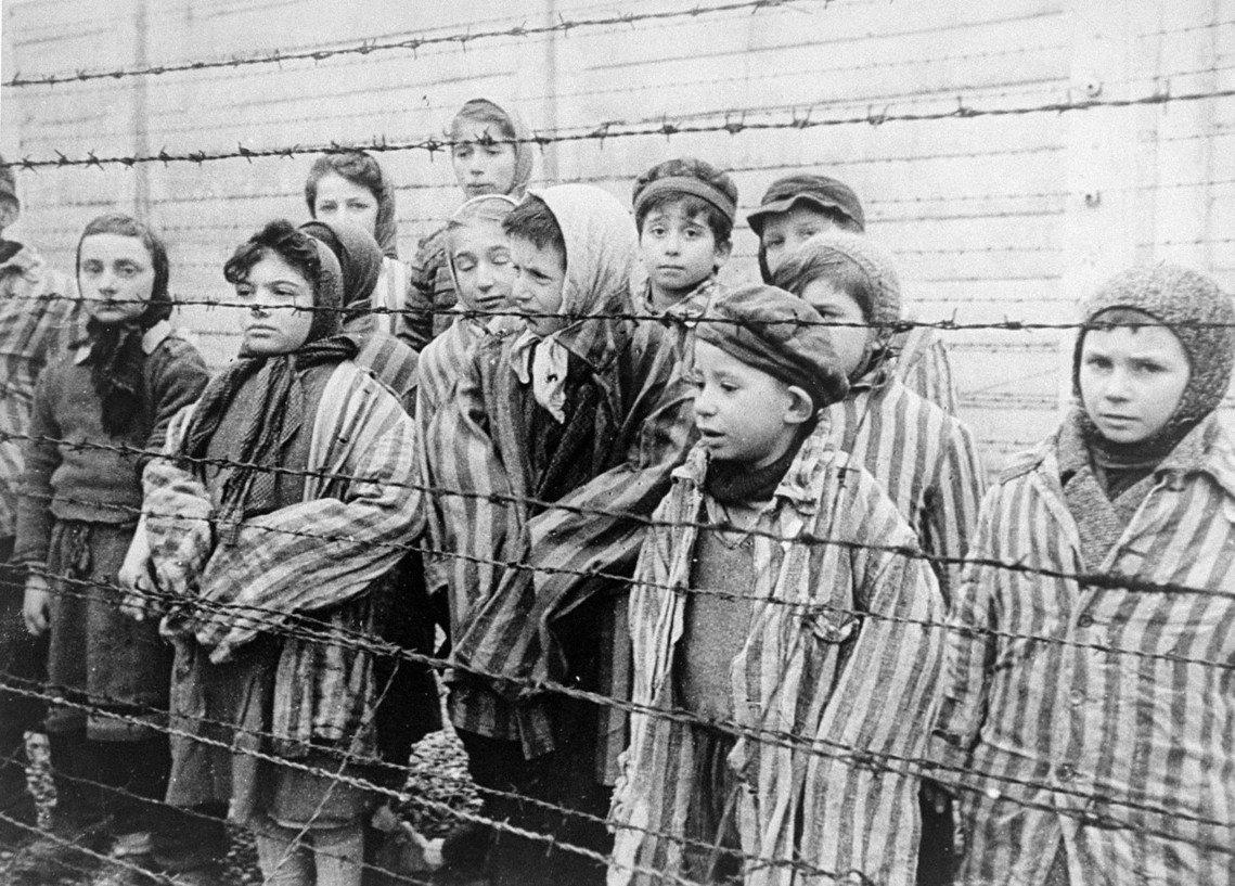 蘇聯紅軍解放下的奧斯威辛倖存孩子們。 圖/維基共享