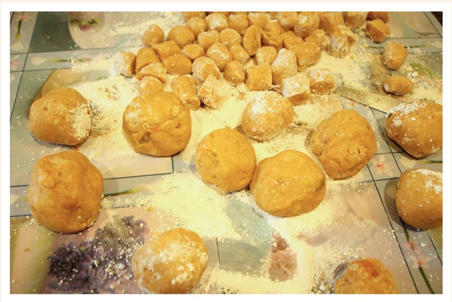 長條的地瓜麵糰,切成小四方小塊,揉成小圓球狀