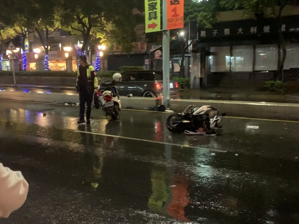 員警在民眾提醒下,才將警車停放在車禍現場後方,防止再次發生事故。圖/讀者提供