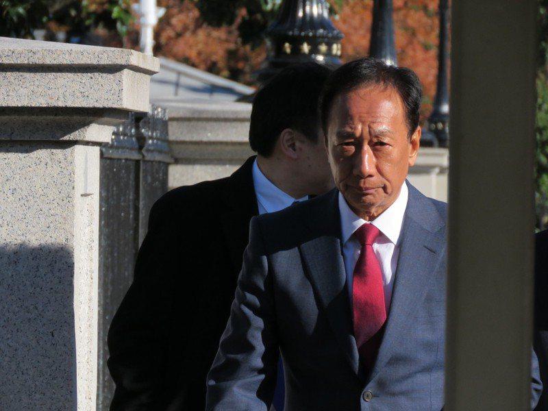 鴻海創辦人郭台銘5日赴白宮開會,會後步出白宮時未戴國旗帽。華盛頓記者張加/攝影