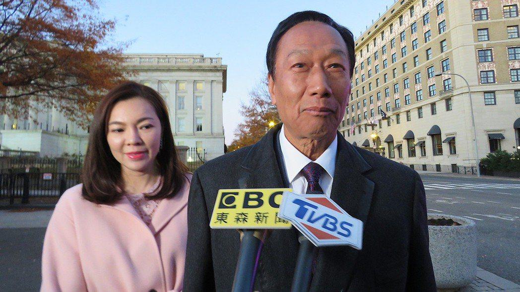鴻海創辦人郭台銘(右)與太太曾馨瑩5日參加白宮耶誕派對。 華盛頓記者張加/攝影