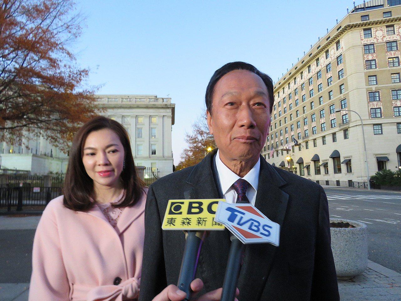 鴻海創辦人郭台銘(右)與太太曾馨瑩5日參加白宮耶誕派對。華盛頓記者張加/攝影