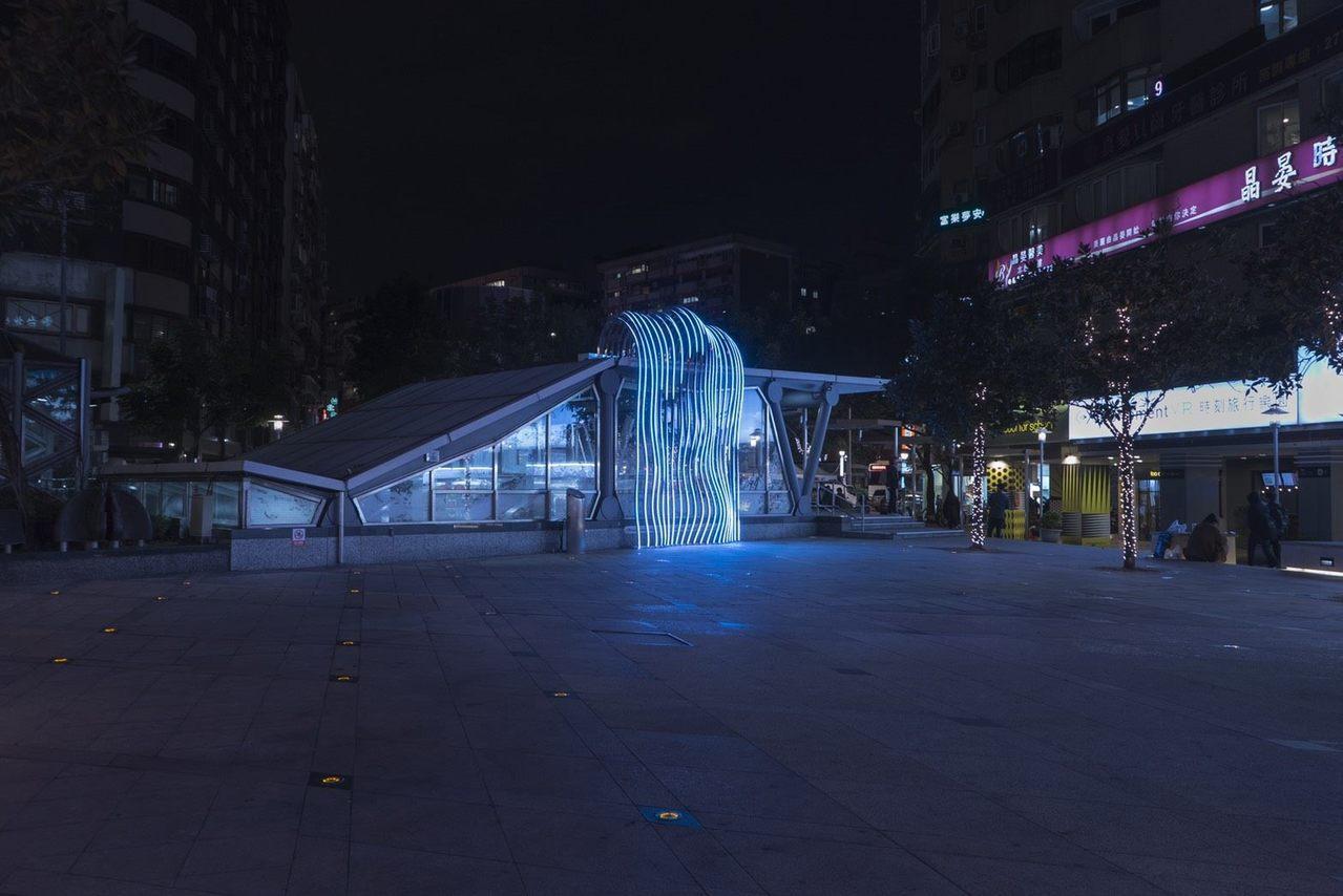 「瀑布」LED水流造景藝術裝置,每天晚上6時至9時,一到整點就會搭配音樂轉換為表...