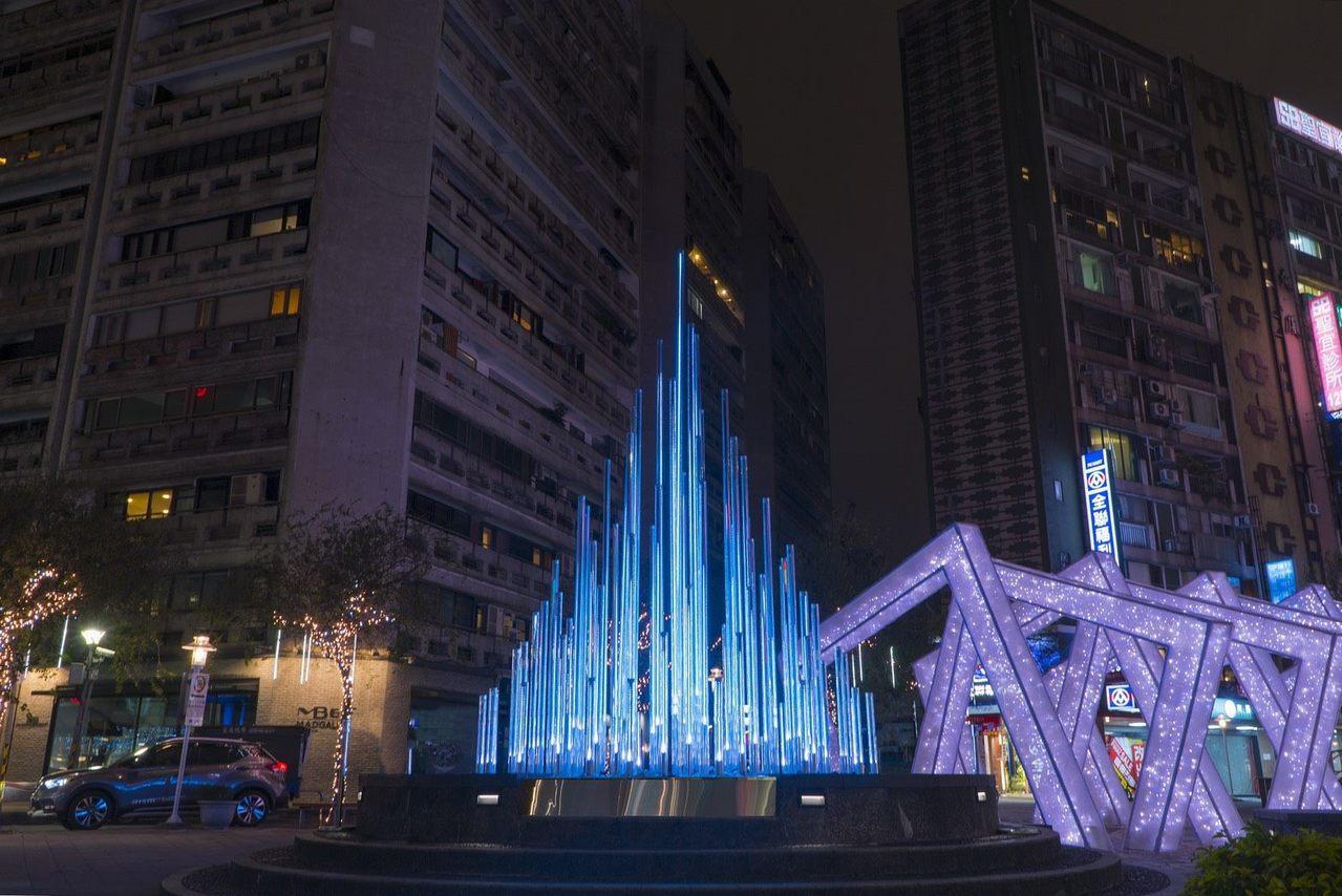 「湧泉」LED水流造景藝術裝置,每天晚上6時至9時,一到整點就會搭配音樂轉換為表...
