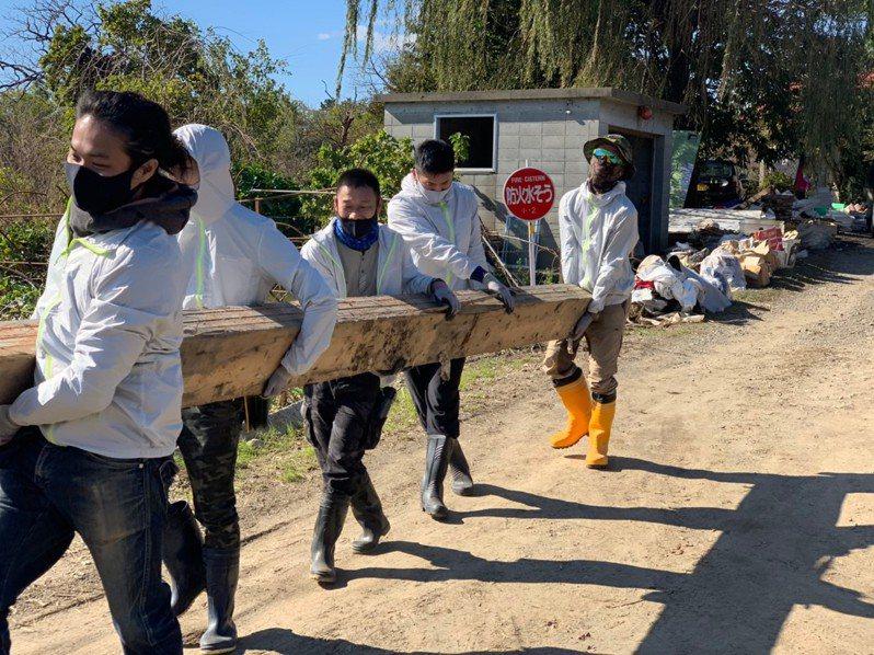 台南人陳一銘上個月組成志工團隊,前往日本丸森,協助當地水災善後。圖/取自臉書