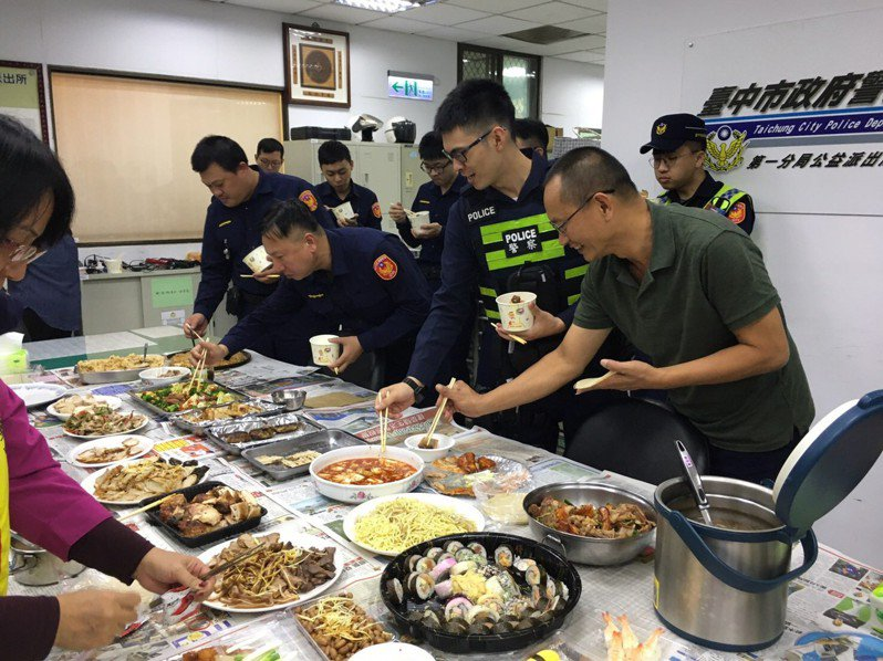 台中市警局第一分局公益所志工分隊長朱麗真邀集志工們舉辦「思念媽媽ㄟ菜」,填飽三餐不定時員警們的五臟廟。圖/台中市警察局第一分局提供