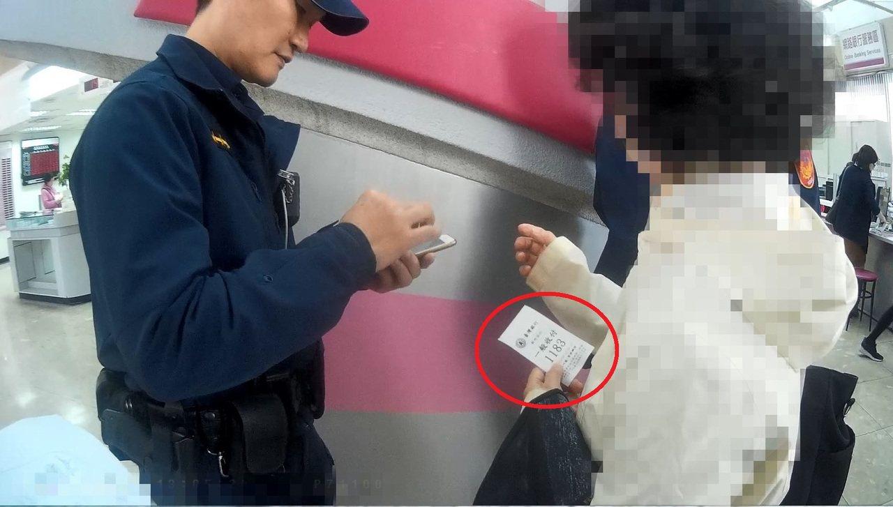 警方上前關心周婦,發現她拿著一張紙條,寫著「他抓到女婿」、「求救」等字樣。圖/警...