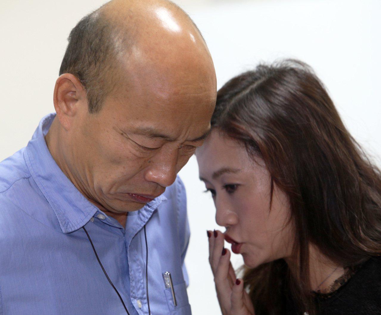 高雄市長韓國瑜(左)與新聞局長王淺秋(右)。 聯合報系資料照/記者劉學聖攝影