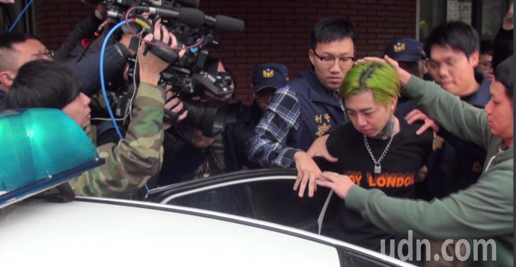藝人惹「麻」煩,歌手謝和弦呼麻昨晚被老婆報警檢舉,謝和弦今天被押上警車移送新北地...