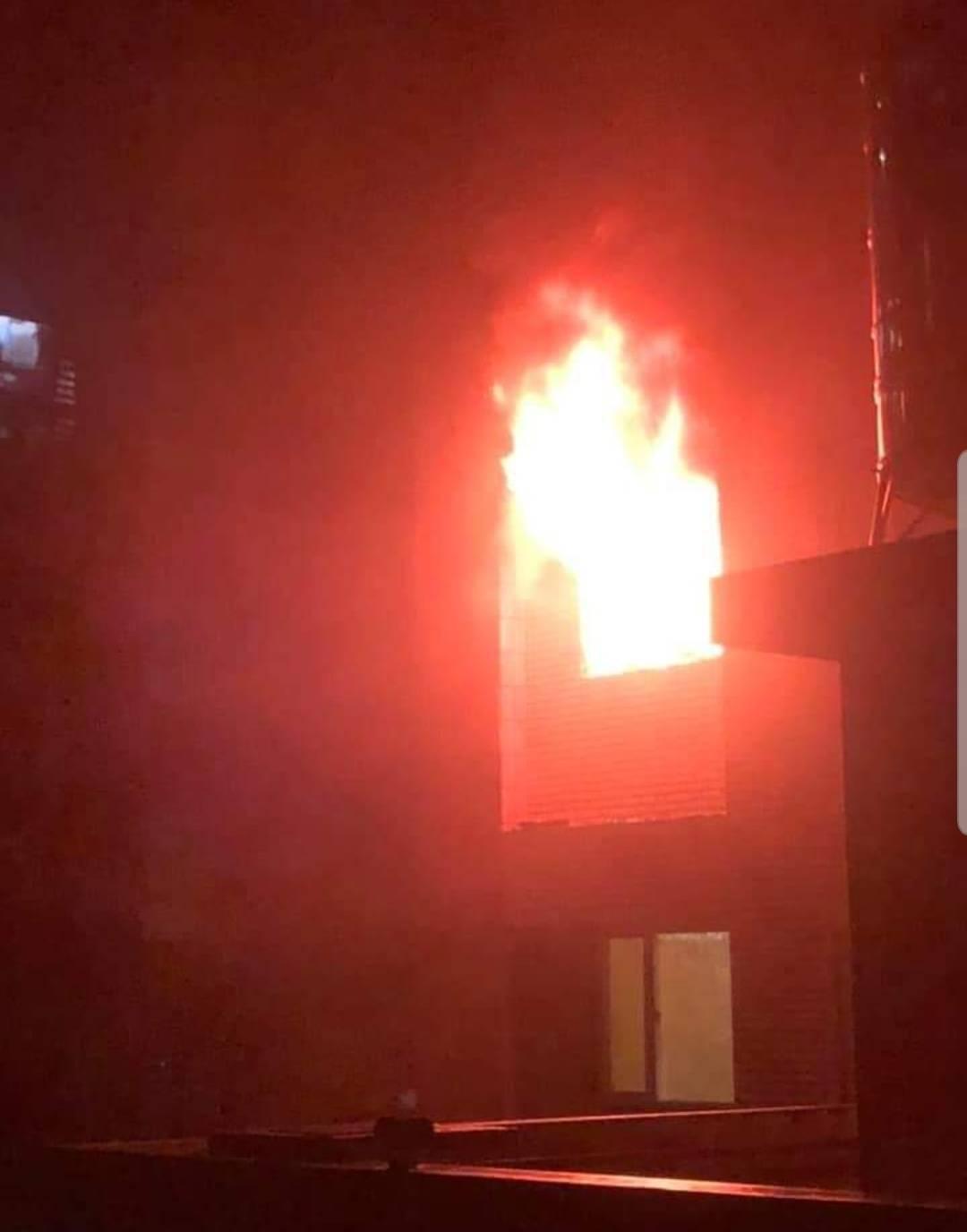 桃園市蘆竹區南昌路一棟大樓5樓今凌晨1點多發生火警,火勢向上延燒到9樓,網友將驚...