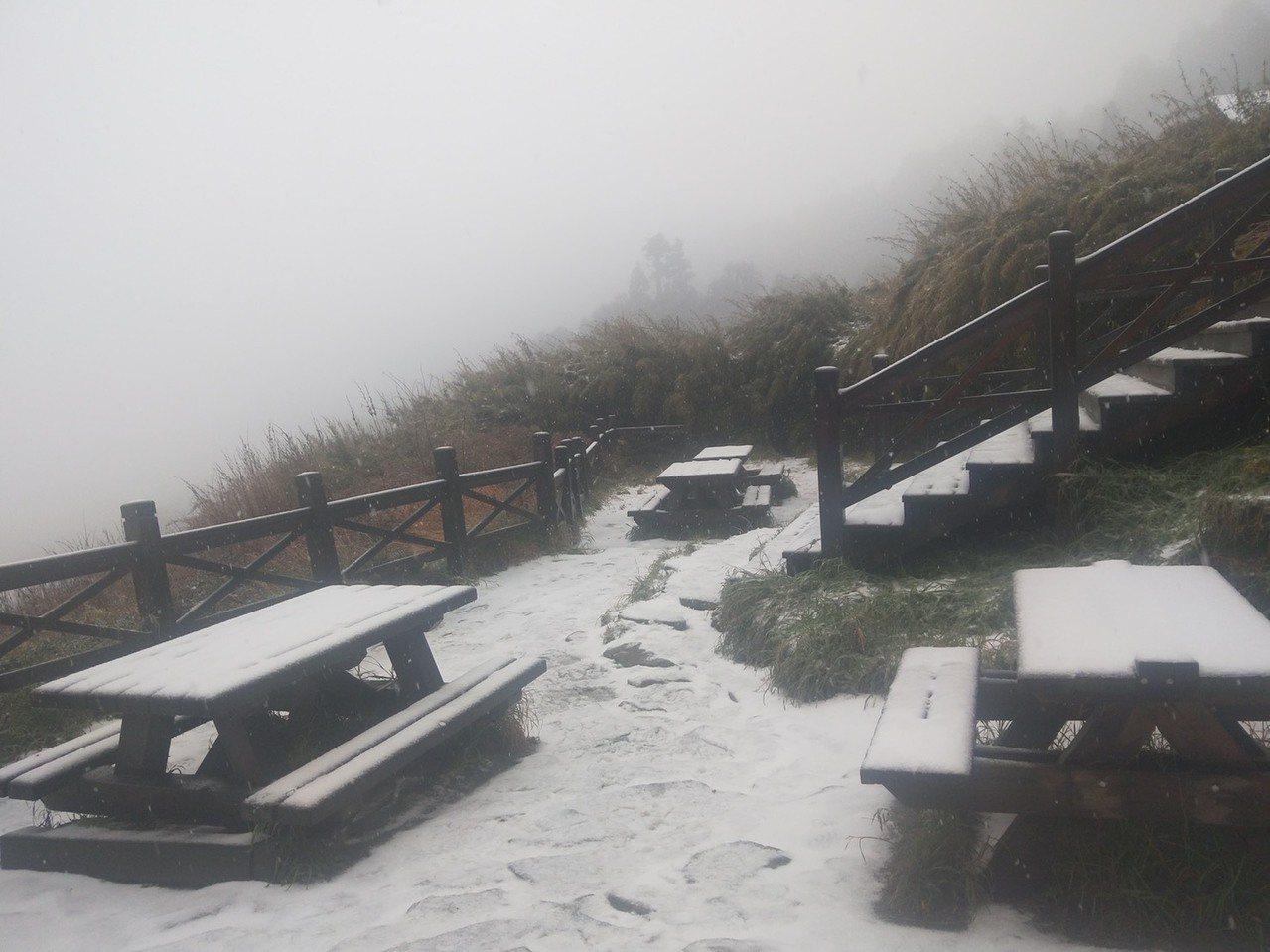 雪山369山莊今天凌晨出現冰霰,上午9點多已開始飄雪。圖/布農卡里布灣高山協作提...
