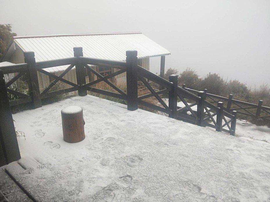 雪山369山莊今天凌晨出現冰霰,上午9點多已開始飄雪。圖/雪霸國家公園管理處提供