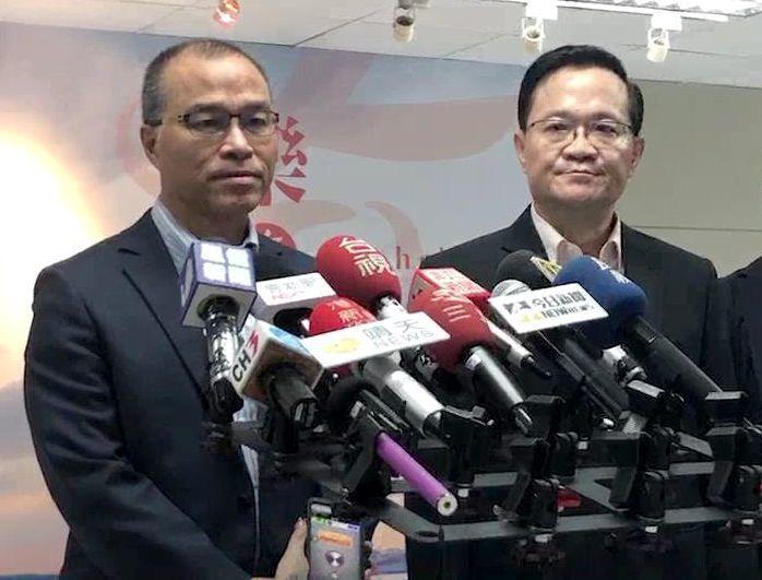 高雄市副市長葉匡時(左)表示約兩星期前王淺秋和他談過辭職的事。新任新聞局長丁樂群...
