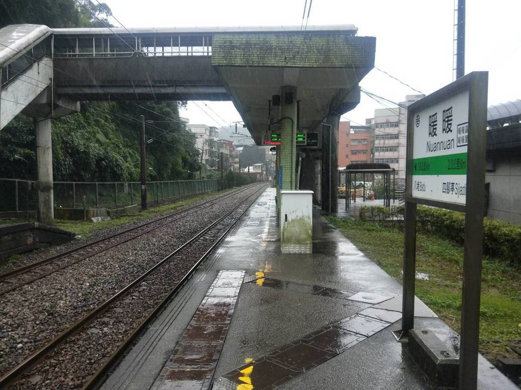 暖暖火车站站内有广播器,播放梁静茹「暖暖」,让很多搭车的民众有暖暖的回忆,也成为...