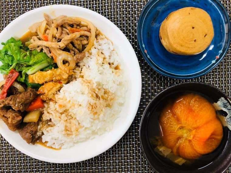 結合農民與企業贊助,斗南高中學校午餐雙主餐,有國產牛肉與豬肉,吃的是國內冠軍米,...