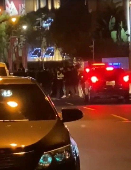 台中市西屯區青海南街一家酒吧今晨散場,10多名男子互相叫囂,警方出動快打,25名優勢警力到場壓制、規勸雙方返家。圖/翻攝自臉書「爆料公社」