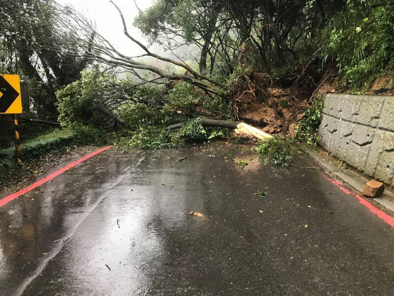 百拉卡公路山體滑坡,道路中斷。照片/取自竹子湖派出所臉書