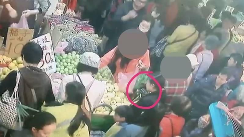 婦人到市場買水果遇上扒手,員警透過監視器畫面尋覓竊賊身影,更巧的是在現場發現有名女子與監視器畫面錄下的嫌疑人衣著相似,盤查確認身分後並從其身上起出遭竊的錢包。圖/蘆竹警分局提供