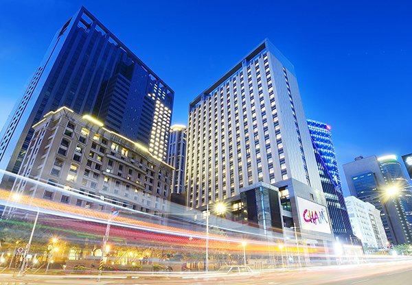 設計潮旅店「趣淘漫旅-台北」外觀夜景。(圖/趣淘漫旅提供)