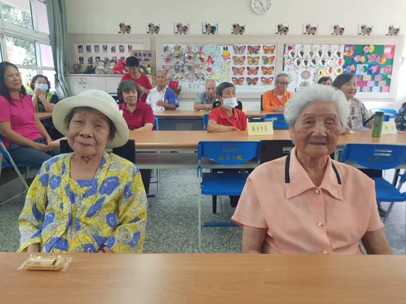 蘇哲能母親蘇王玉翠與老鄰居劉李金月共同參與「老幼共學」計畫。記者廖惠玲/攝影