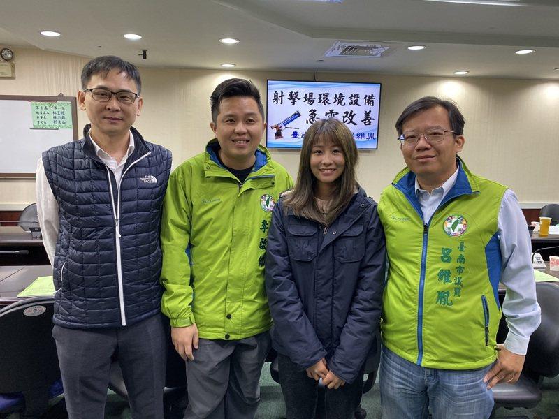 民進黨台南市議員呂維胤(右一)、李啟維(左二)要求台南市政府改善室外飛靶射擊場設備,並增設室內空氣槍射擊場。記者鄭維真/攝影