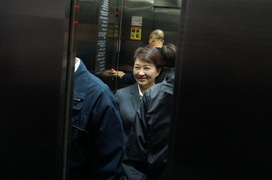 國民黨總統候選人韓國瑜台中總部下周成立,邀請函寫明總部主委為台中市長盧秀燕;盧今上午市政總質詢結束後,面對媒體詢問轉身就走,一路微笑說「謝謝」搭電梯離開。記者洪敬浤/攝影