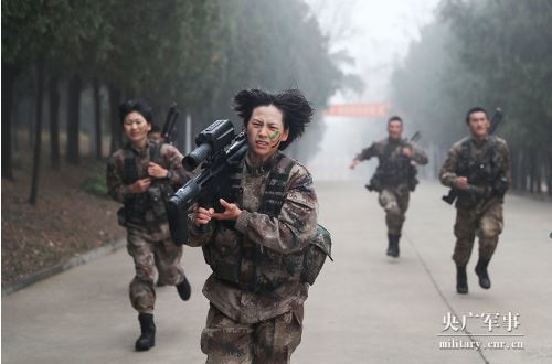 陸軍第71集團軍的狙擊手集訓隊「槍王」新誕生,最後脫穎而出的是一名女兵。央視截圖