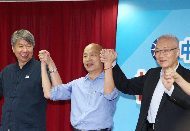 國民黨主席吳敦義(右)遭批這次選戰中「保留資源」,和總統候選人韓國瑜(中)議題運作也「卡卡」。本報資料照片