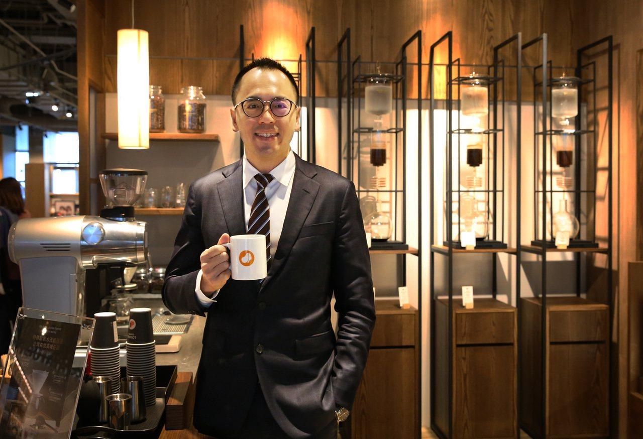 路易莎咖啡董事長黃銘賢親臨開幕活動現場。圖/路易莎咖啡提供