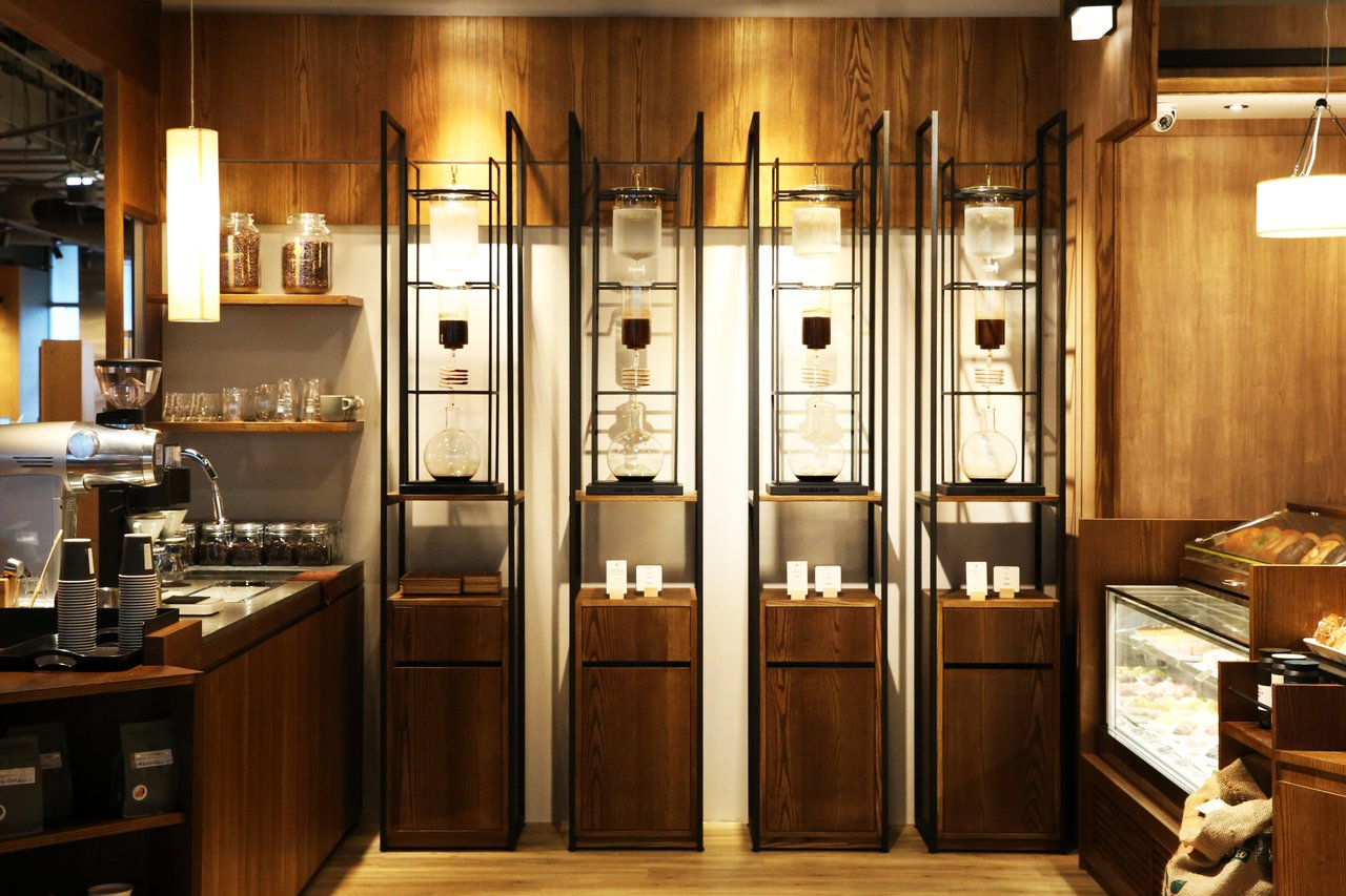 特製「冰滴咖啡牆」視覺感十足。圖/路易莎咖啡提供
