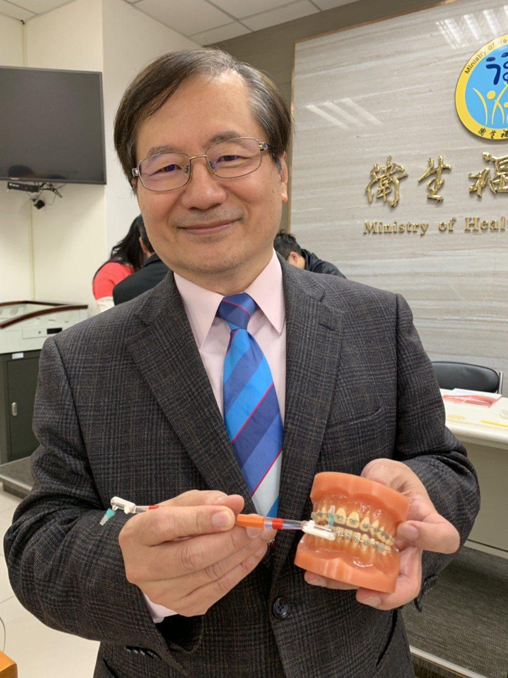 台北醫學大學口腔學院院長鄭信忠呼籲民眾要做好刷牙的習慣。記者陳雨鑫/攝影