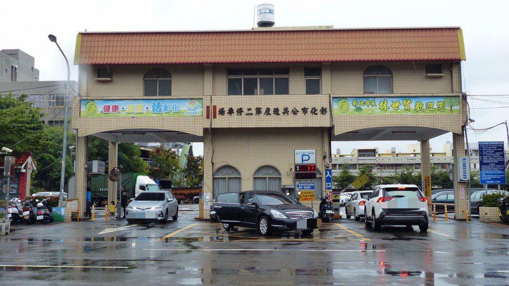 占地2150坪的彰化市第二停車場,計畫以BOT興建下二層、地上六樓的多元性複合百...